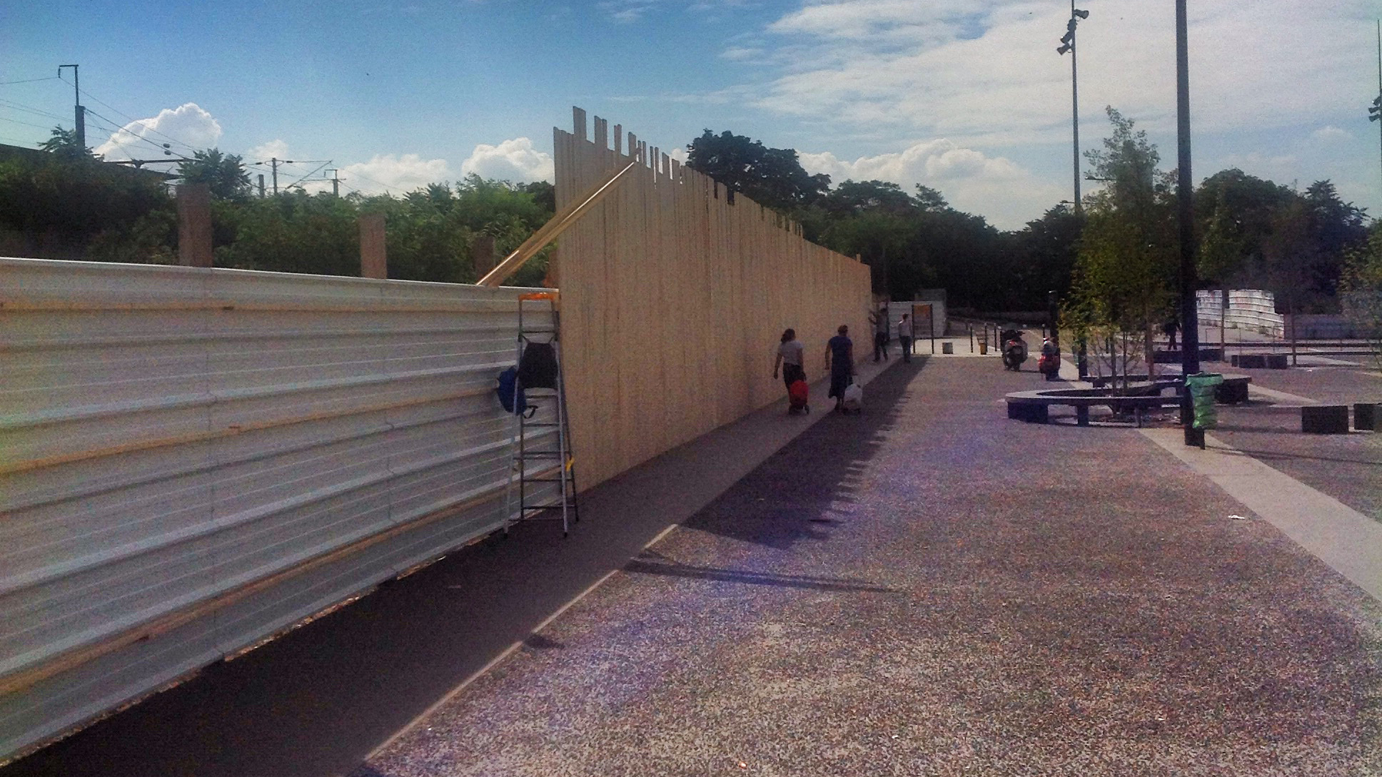 Construction de la palissade gare de saint denis